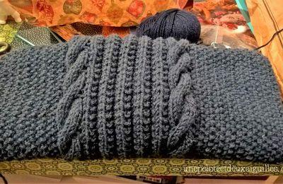 Tricoter une écharpe large à torsades