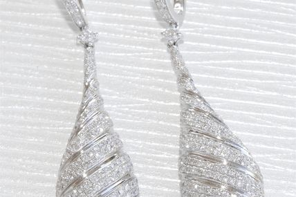 SOMPTUEUSES BOUCLES D'OREILLES PENDANTES // OR BLANC 18 K ( 750 ) // DIAMANTS 2,50 carats   REF / AA 960