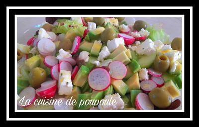 Salade vertes, avocat, olives vertes, radis rose, concombre et feta