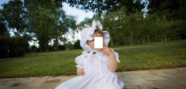 Robe et bonnet de baptême le jour de la cérémonie