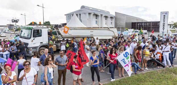 """Guyane : 10000 manifestants pour la """"journée morte"""""""