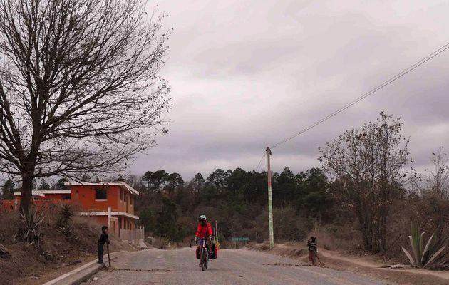 Sacapulas, Guatemala à vélo 4 Mars 2017. Les cantonniers du Guatemala.