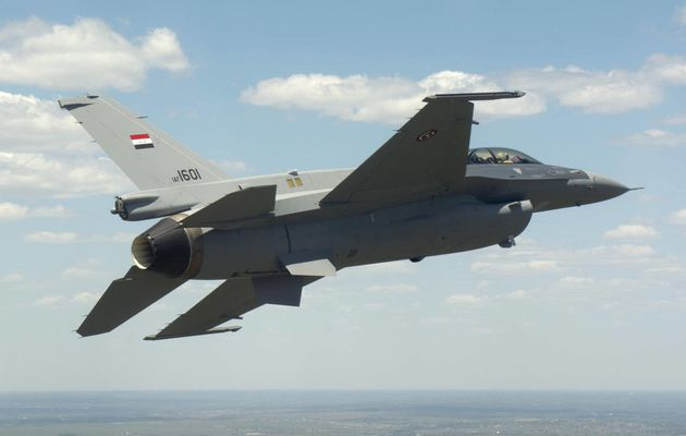 La formation des pilotes de chasse irakiens de F-16 est perturbée par un décret de l'administration Trump