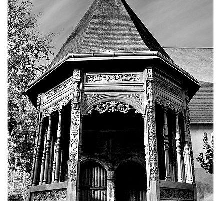 Le porche sculpté de l'église de Ry