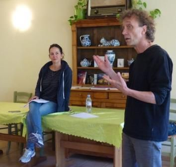 Carine Lacroix, auteur en résidence Textes en l'air : lecture à l'auberge de La Calèche de Dionay, le public en redemande