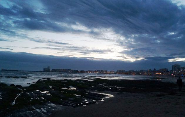 La plage des Sables d'Olonne et le remblai à la tombée de la nuit