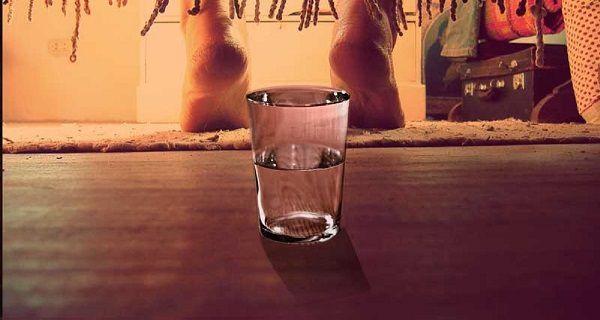 Mettez un verre d'eau sous votre lit tous les soirs et vous serez surpris!