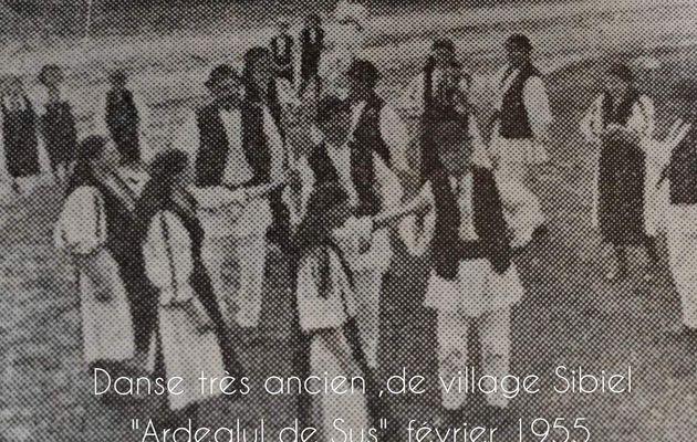 """"""" Mocancuta """"  Mocancuta est un jeu très ancien, maintenant joué plus par de personnes âgées dans des occasions spéciales, comme par exemples les fêtes, les mariages,danse de village  Sibiel ,Ardealul de Sus ,février 1955"""
