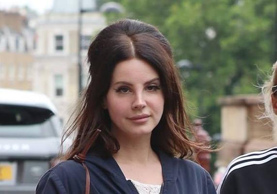 Lana Del Rey en train de se balader à Londres (24/07/2017)