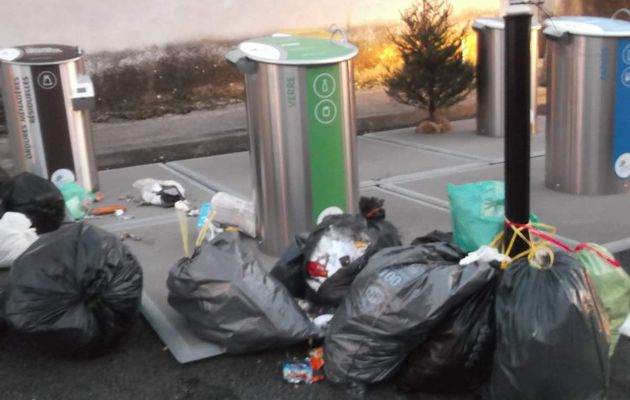 Attention poubelles sauvages en liberté dans la cité.