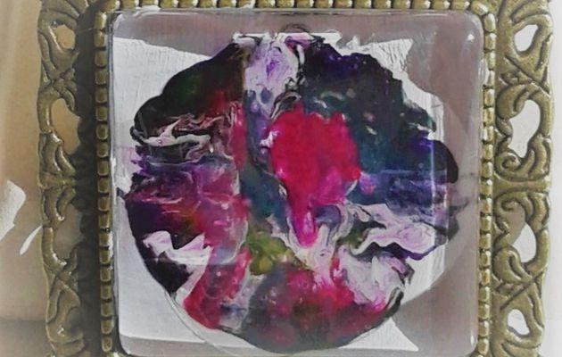 20 euros la broche florale mini tableau peintsur bijou carré 25x25 mm, blanc, rose, rouge, parme, mauve, vert, fushia, création française, pièce unique, oeuvre originale LACIK, l'atelier créatif d'isabelle krief pour france handi art.  J'ai préparé le fond blanc pour peindre cette petite toile directement sur le bijou. Puis, avec les couleurs primaires, bleu, rouge, jaune, j'ai obtenu des volutes de parme, rose, fushia, vert, la patine est blanche. J'utilise de la peinture acrylique et du vernis laque de peintre, tout est à l'eau, sans danger et la broche est en métal bronze vieilli, sans nickel.  Cette broche est aussi un pendentif, voir au dos, il y a les 2 systèmes d'accroche.  La broche accessoirise tout type de vêtement, même les pantalons, accrocher une broche au bas d'un jean, ça donne un effet bluffant, sur un sac aussi, une écharpe, un snood, une casquette, la broche, l'accessoire indispensable.