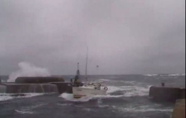 VIDEO - In the Midst of a Storm, a Sailboat Returns to the Port ... Surfing!