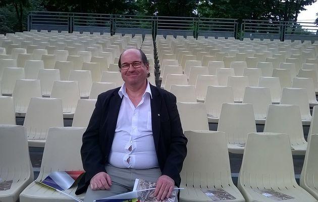a)  moi à Paris pour le 14 JUILLET 2016 j'étais assis dans une tribune officielle.
