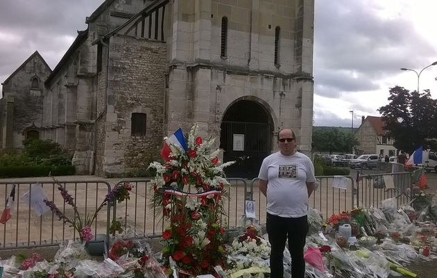 Moi à SAINT-ETIENNE-DE-ROUVRAY devant l'église ou a été assassiné par des ISLAMISTES le père Jacques HAMEL sa béatification elle est absolument méritée