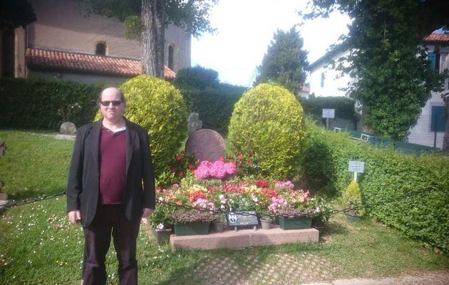 Mai 2017 moi à ARCANGUES dans les Pyrénées-Atlantiques devant la tombe du talentueux LUIS MARIANO