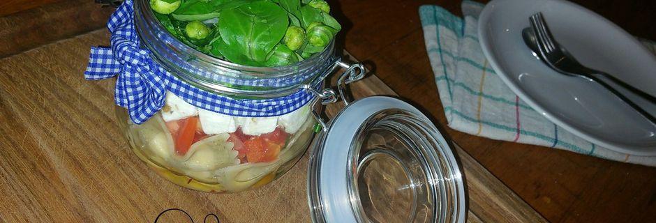 Salade Jar : farfalles tomate-basilic mâche et féta agrémentée de petits pois-wasabi