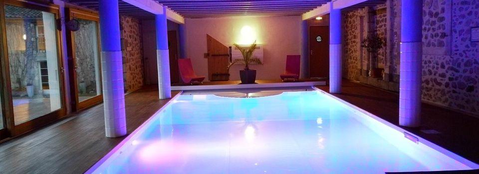 piscine intérieure été comme hiver de jour comme de nuit et petit moment de détente au sauna