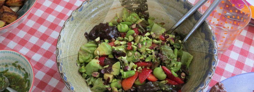 Salade aux fèves, aux fraises et à l'avocat