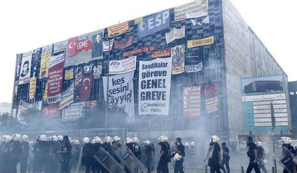 Le Centre Culturel Atatürk, un panneau d'affichage (2)