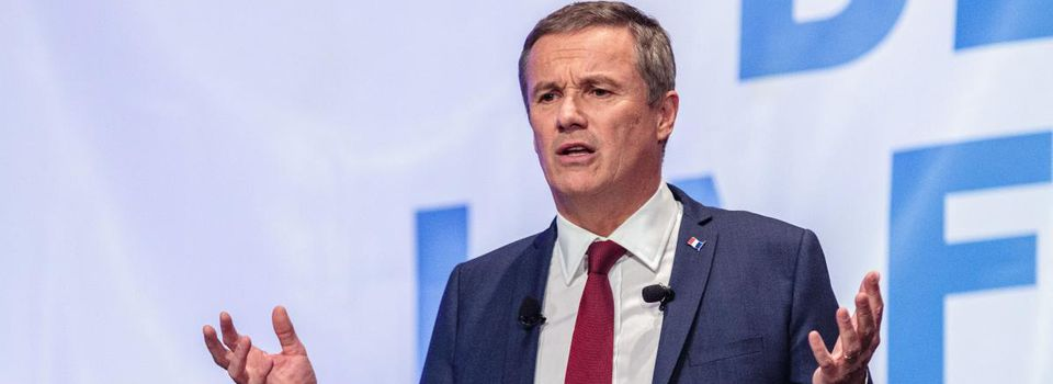 Nicolas Dupont-Aignan part du plateau du JT de TF1 en direct !